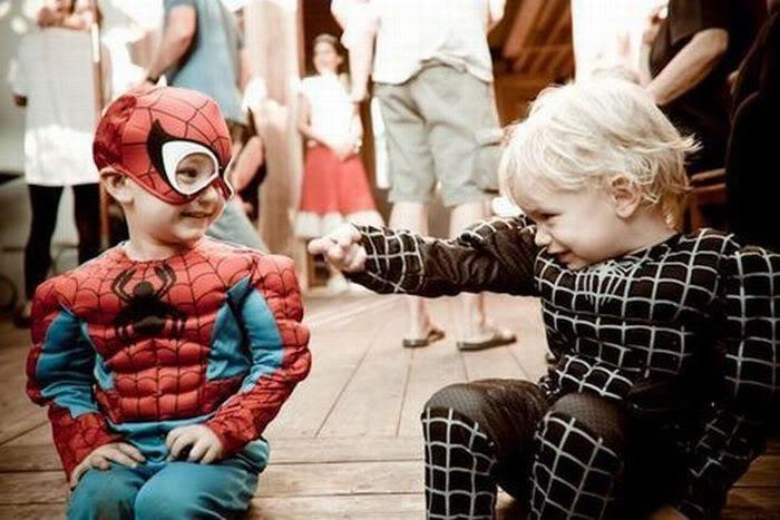 niños jugando vestidos de hombre araña