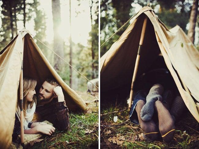pareja acampando se besa tienda de campaña