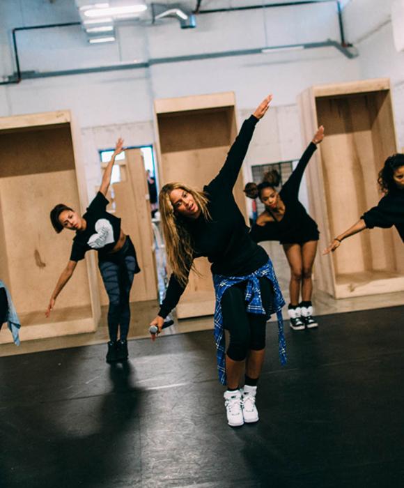 mujer coreografia baile brazos abiertos beyonce