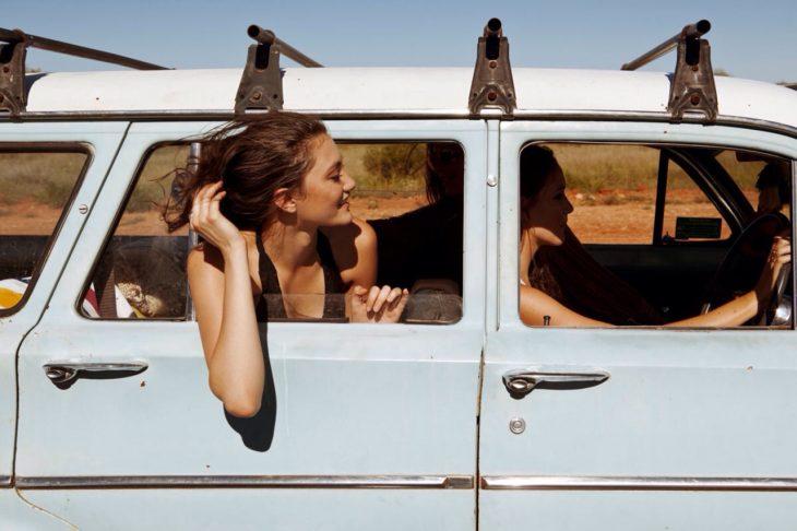 mujer en ventana de van feliz