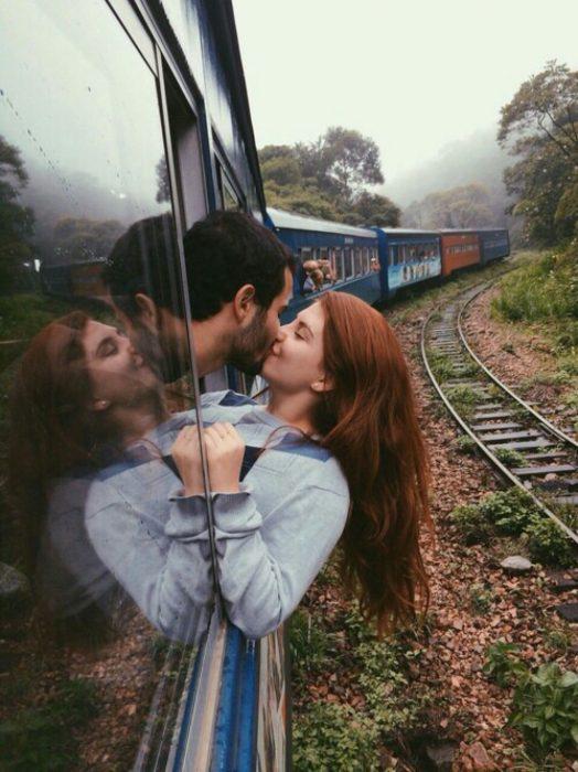 pareja besandose en un vagon del tren
