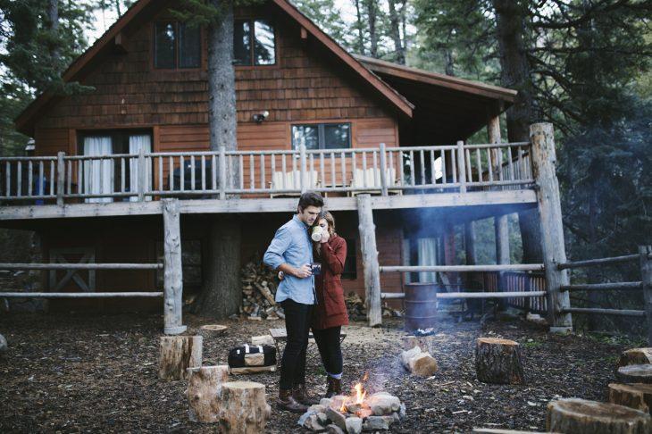 pareja en una cabañana en el campo