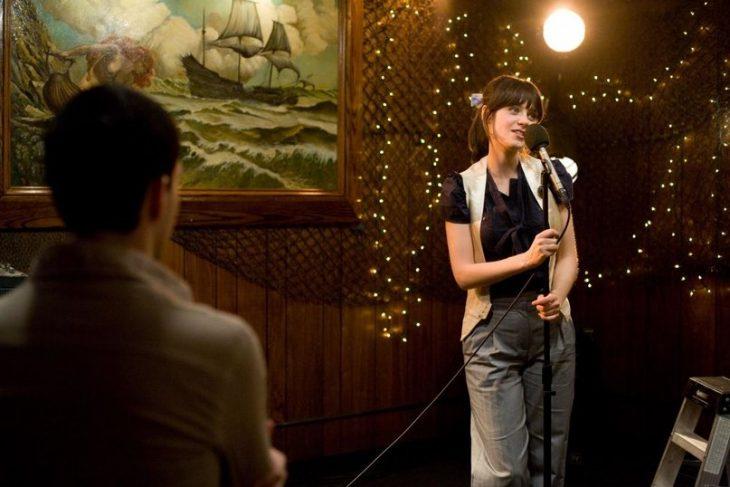 chica cantando en karaoke 500 dias zooey