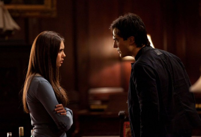 Escena de la serie the vampire diares elena y damon pelenado