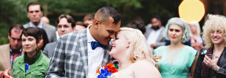 recien casados felices novia sobre peso feliz