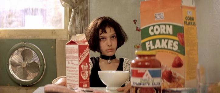 niña cabello corto desayunando leche y cereal