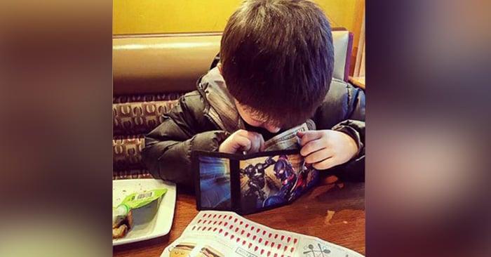 Este niño de 6 años invita todos los meses a una cita a su mamá con el dinero de su mesada