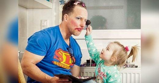 Encantadores padres dejan que sus hijas jueguen a la ceremonia del té, a maquillarse y hacen lo que sea por verlas felices