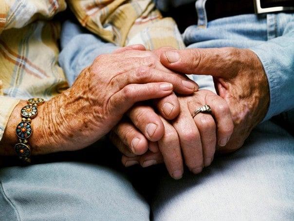 manos de ancianos entrelazadas