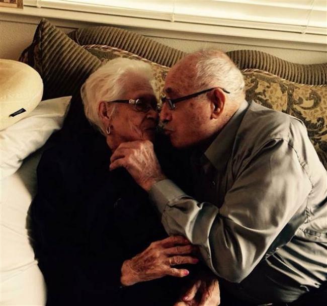 Nicholas y Rafaela Ortiz besándose