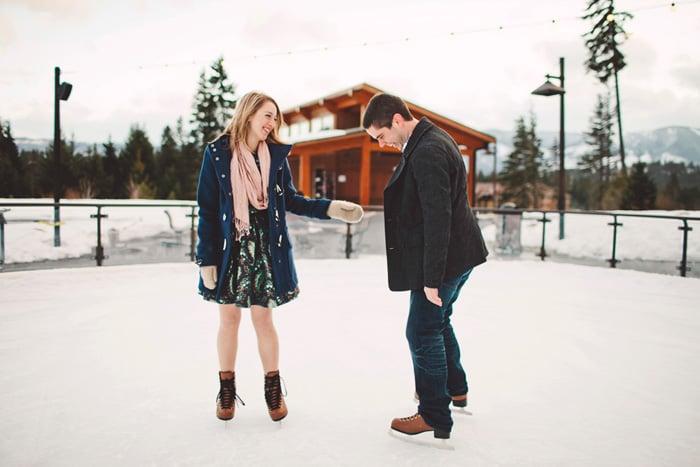 pareja patinando sobre hielo