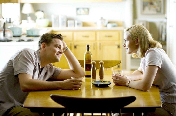 pareja enamorada conversando