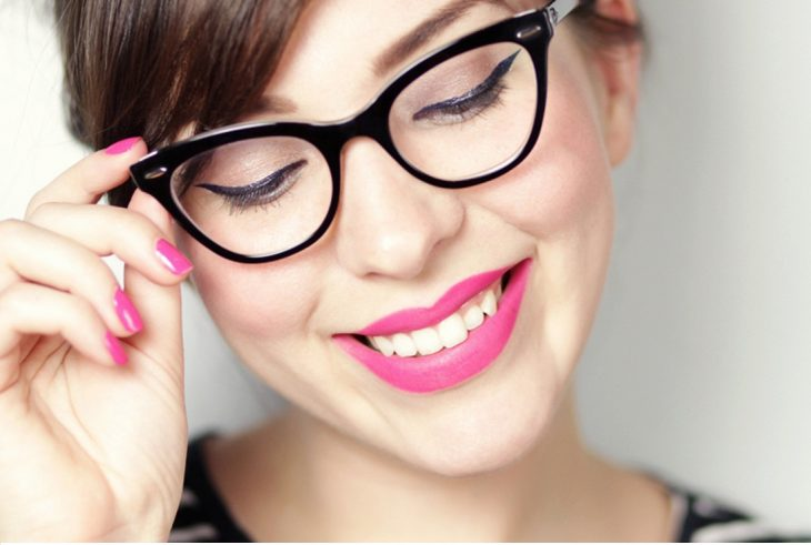 Chica usando lentes y mostrando sus ojos delineados