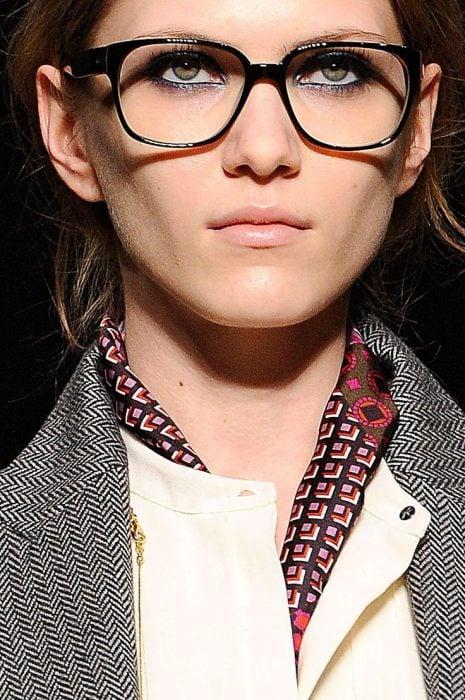 Chica que es modelo usando lentes