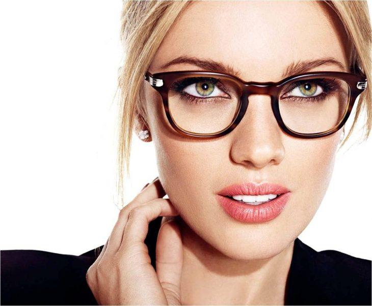 Chica usando lentes mientras posa para una fotografía