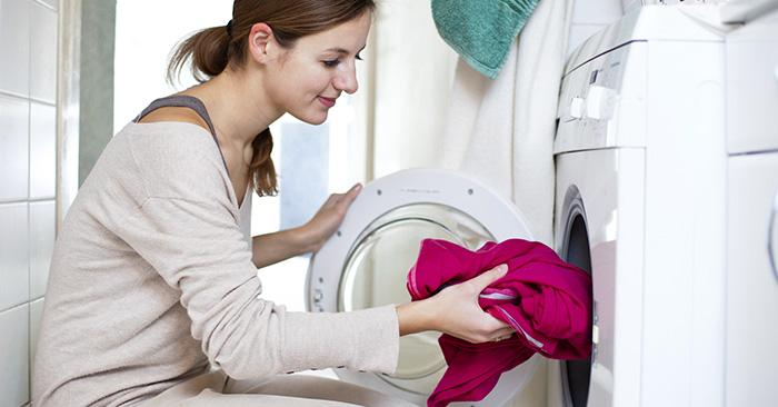 A veces la ropa sale con mal olor de la lavadora; aprende a evitarlo con este truco