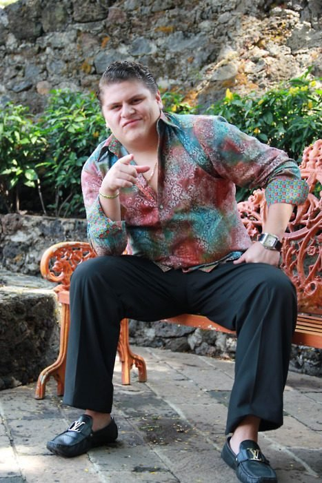 hombre sentado apunta a la camara version mala mirrey