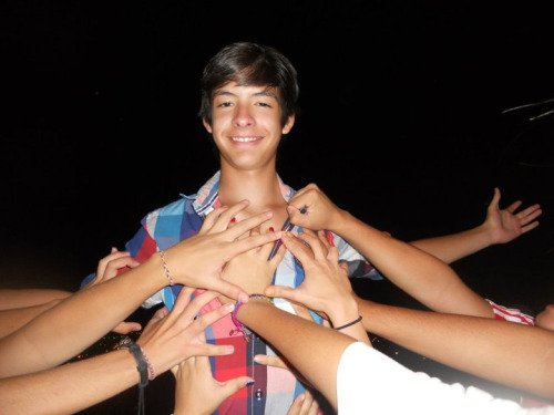 chico con muchas mujeres