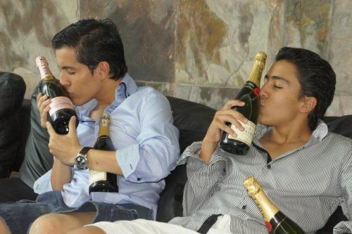 hombres besando botellas de alcohol