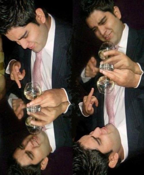 hombre narciso mirandose a el mismo con una copa