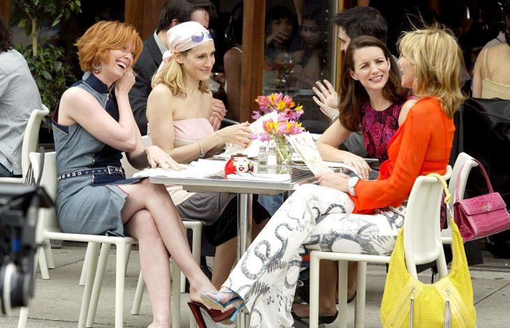 Escena de la película sex and the city chicas sentadas desayunando