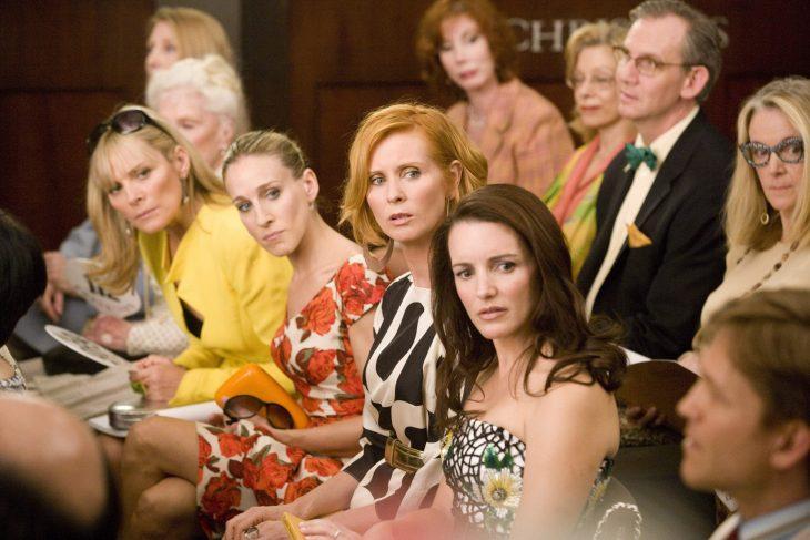 Escena de la película sex and the ciy chicas en un desfile de modas