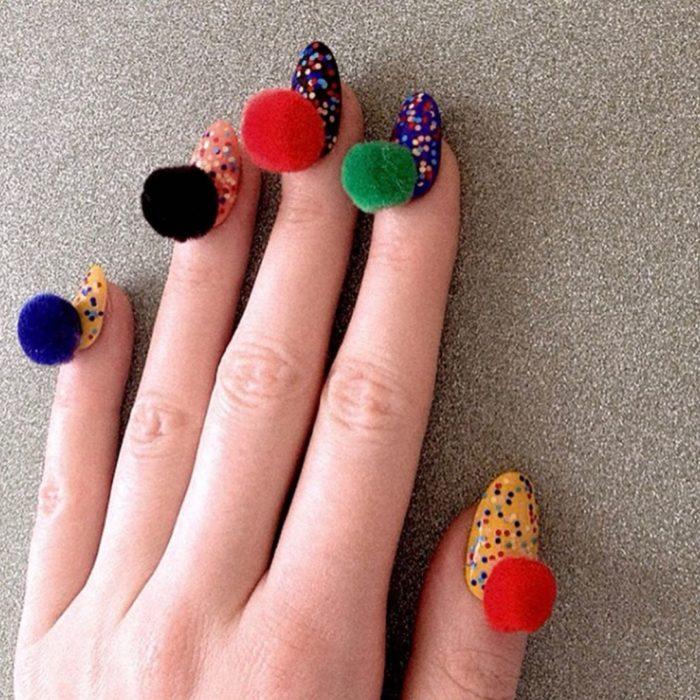 uñas de colores con pompones