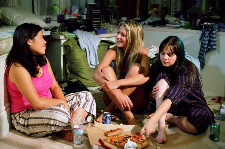 Escena de la película un verano en pantalones. Chicas en una pijamada comiendo pizza