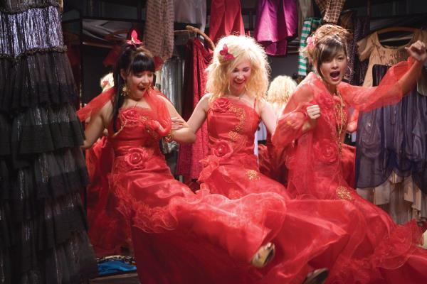Escena de la película wild child chicas en un probador usando distinta ropa