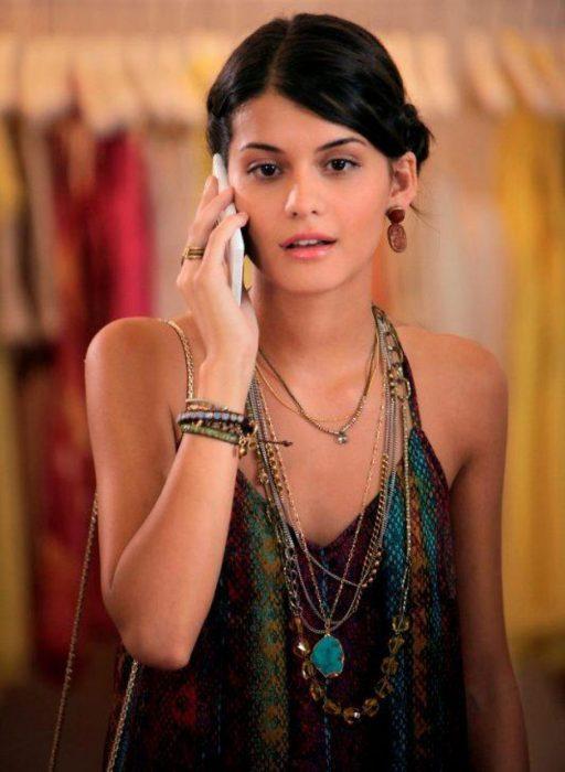 Chica llamando por celular