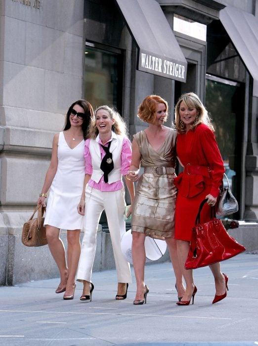Escena de la película sex and the city chicas caminando por la acera