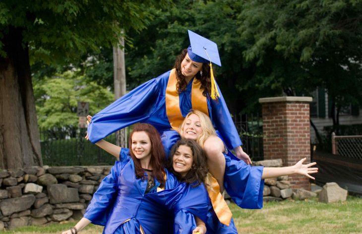 Chicas usando birretes y togas de graduación