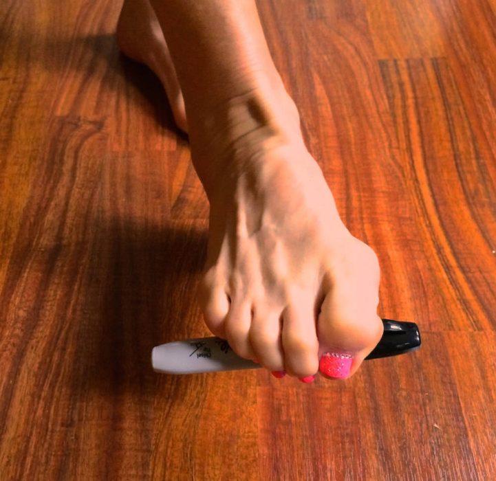 pie de mujer con plumón