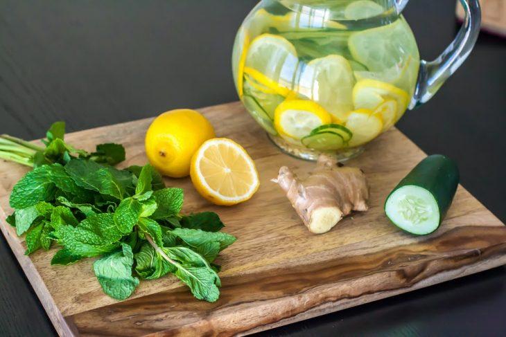 agua con pepino y limón