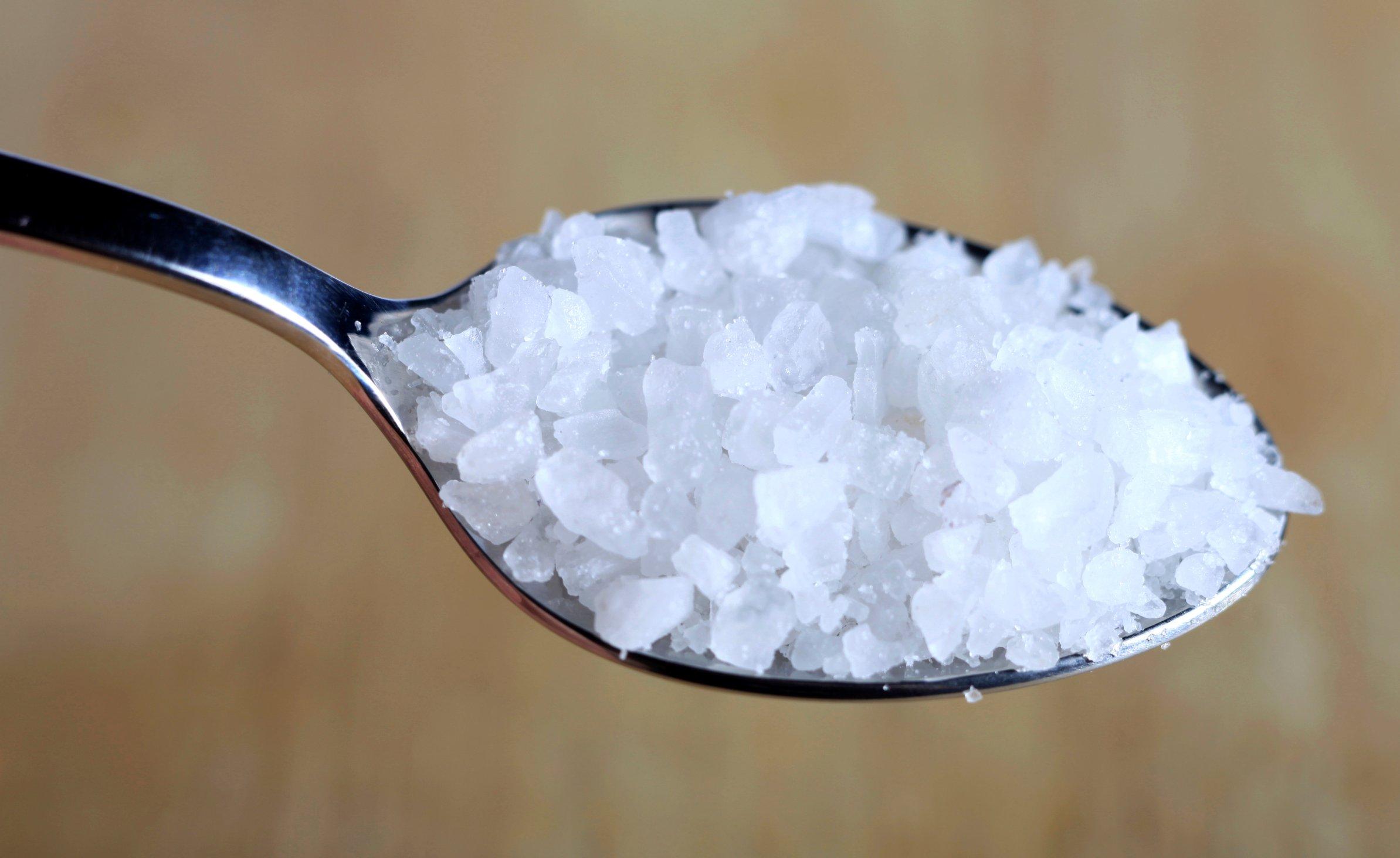 Para contrarrestar el dolor simple de garganta, el agua con sal marina ...