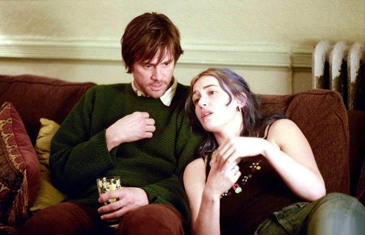 pareja en el sillon platicando cabello azul