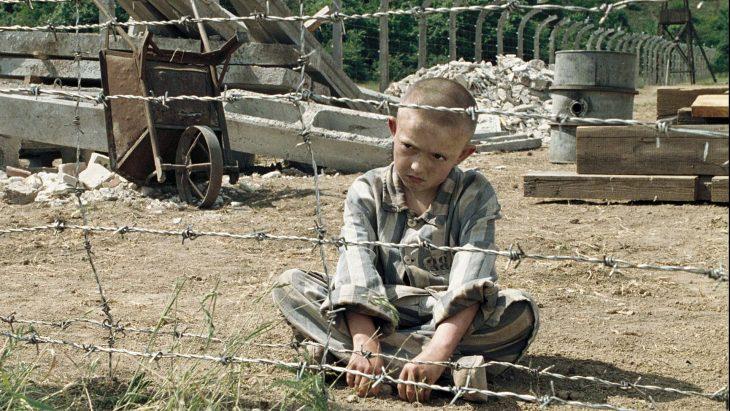 El niño con la pijama de rayas