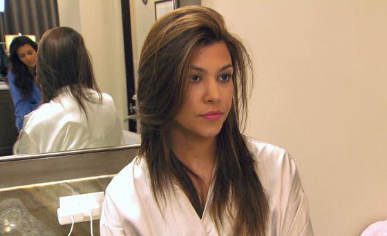 Kourtney kardashian enojada en un espejo