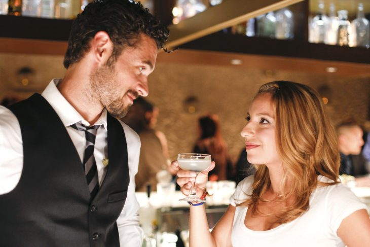 pareja en un bar