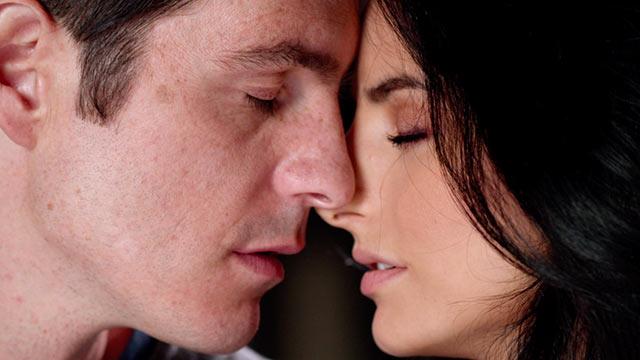 pareja besándose