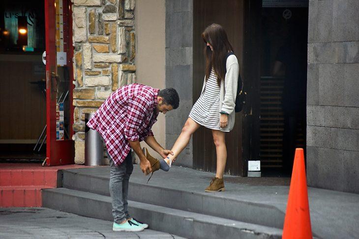 chico poniendole zapato a chica