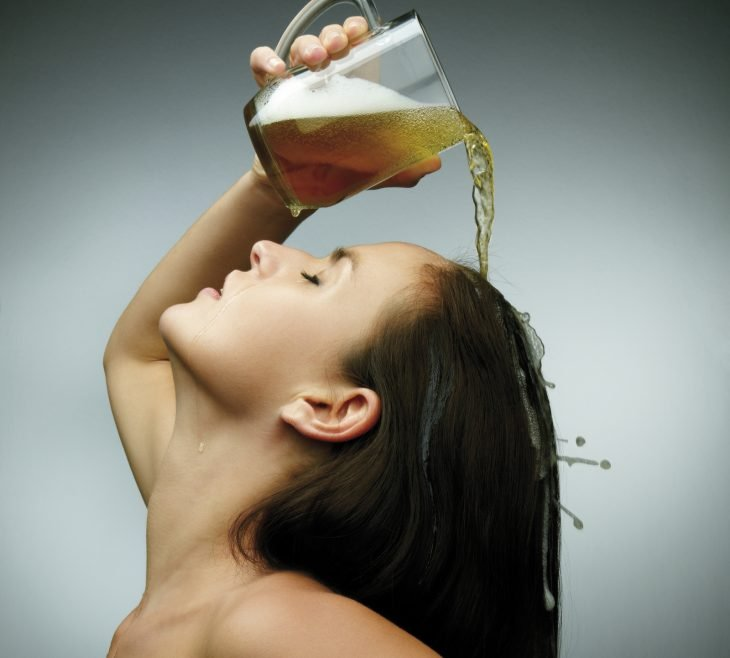 enjuague de cerveza para el cabello