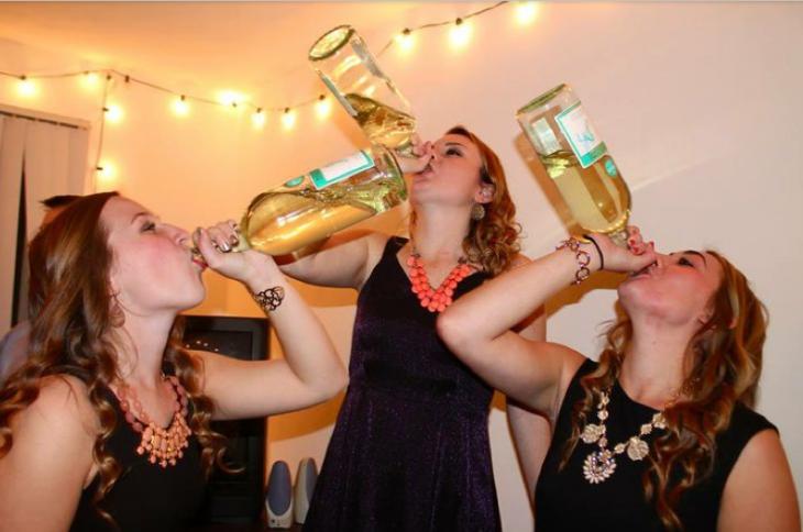 chicas tomando de la botella