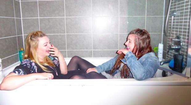 chicas riendo en una bañera
