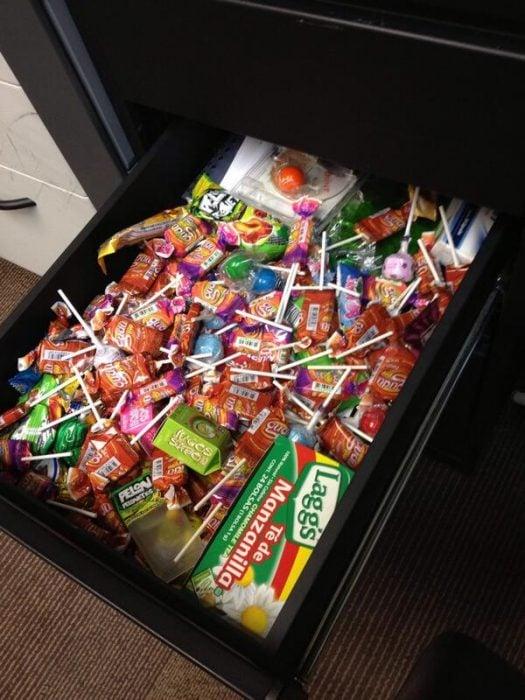 cajón de oficina con dulces