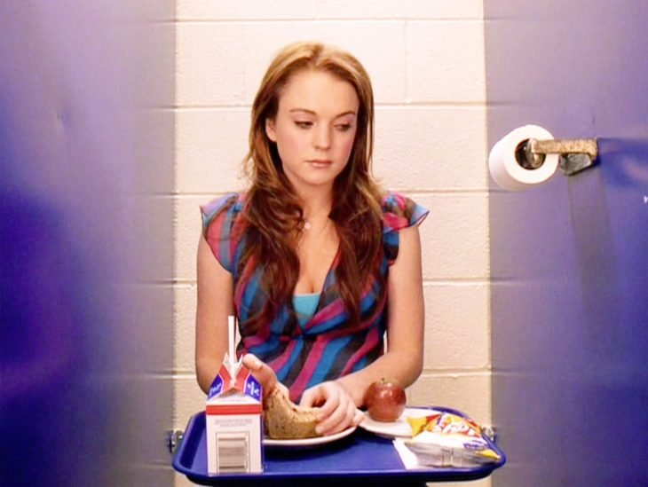 chica comiendo en el baño