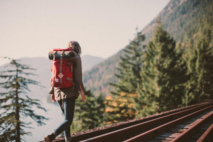 mujer caminando sobre vías de tren