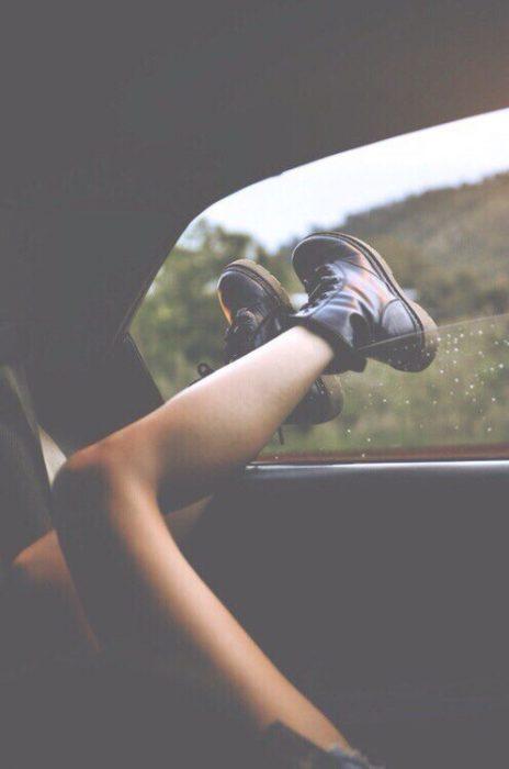 piernas de chica en ventana