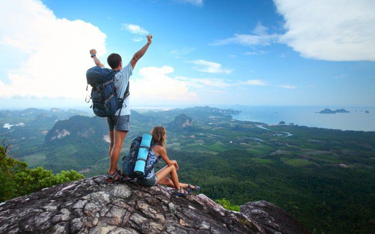 pareja en cima de montaña