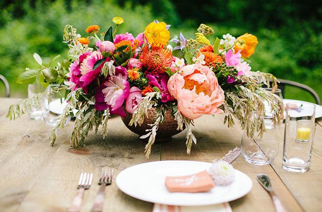 centros de mesa coral with adornos florales